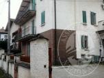 Immagine di Appartamento posto al piano primo con autorimessa e locali ad uso magazzino in Carpineti (RE)