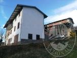 Immagine di Fabbricato di abitazione su tre piani con tre autorimesse e cantina in Carpineti (RE)