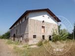 Immagine di Fabbricato su 3 piani con stalla, fienile e terreno in Correggio (RE)
