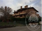 Villa a schiera su quattro livelli con autorimessa, cantina e due aree cortilive in Cadelbosco di Sopra (RE)