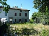 Fabbricato unifamiliare su 3 piani con garage, corte e terreno agricolo in Correggio (RE)