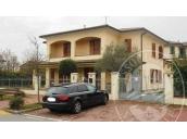 Villa singola con autorimessa, area cortiliva, garage doppio e due posti auto scoperti in Fabbrico (RE)