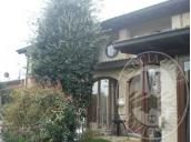 Villa d'angolo con giardino, piscina, cantine ed autorimessa in Quattro Castella (RE)