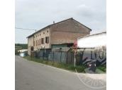 Fabbricato colonico su 3 piani con area cortiliva e terreni agricoli in Brescello (RE)