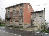 Fabbricato unifamiliare con corte pertinenziale, autorimessa e terreno in Reggiolo (RE)
