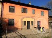Abitazione su 3 livelli con cantina, soffitta, deposito ed area cortiliva in Brescello (RE)