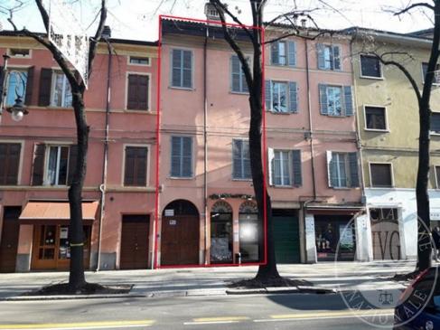 Alloggio al piano terzo con autorimessa, portico e cortile in Reggio Emilia (RE)