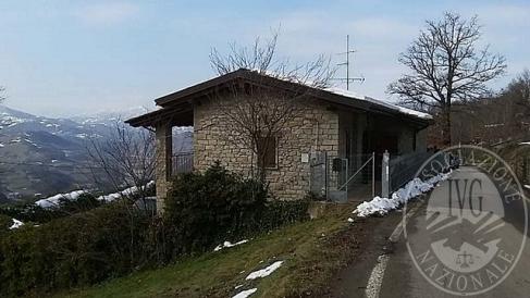 Villa singola con giardino e due appezzamenti di terreno agricolo in Vetto d'Enza (RE)
