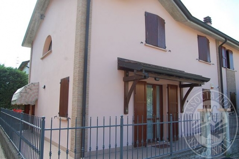 Appartamento su due livelli con cantina, autorimessa ed area pertinenziale in Brescello (RE)