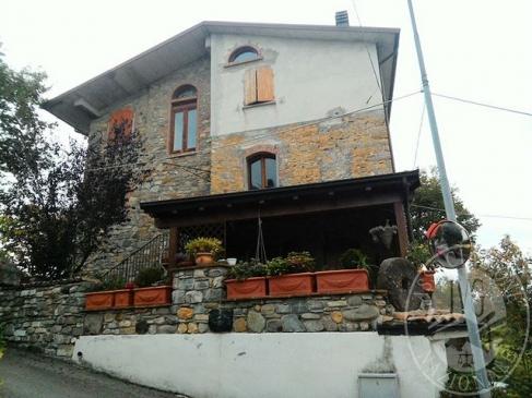 Abitazione con cantina e terreno agricolo a se' stante in Villa Minozzo (RE)