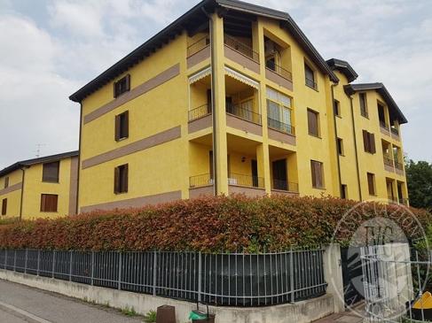 Appartamento al piano primo con posto auto scoperto ed autorimessa in Gualtieri (RE)