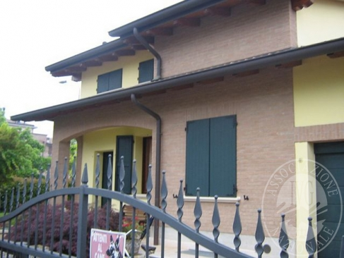 Villetta abbinata su 3 livelli con area di pertinenza esclusiva ed autorimessa in Cavriago (RE)