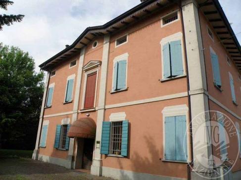Tre fabbricati ad uso uffici con villa padronale e due fabbricati accessori in Campagnola Emilia (RE)