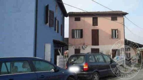 N.2 fabbricati civili da cielo a terra su due livelli e soffitta con autorimessa in corpo staccato e area cortiliva di pertinenza in Correggio (RE)