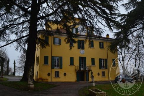 Villa storica su 3 piani con terreno in Quattro Castella (RE)