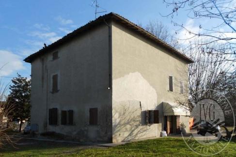 Edificio di civile abitazione con area cortiliva oltre a terreno agricolo in Correggio (RE)