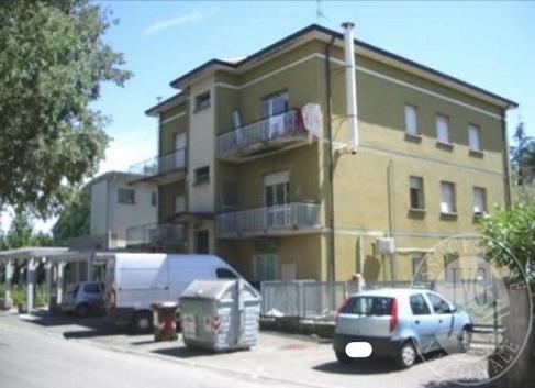 Ristorante al piano terra e primo con sovrastante unita' abitativa con spazi cortilivi a verde e parcheggi in Reggio Emilia (RE)