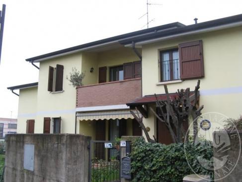 Appartamento su 2 piani con area cortiliva, autorimessa e cantina in Novellara (RE)