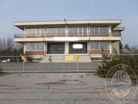 Complesso edilizio costituito da opificio commerciale, appartamento, due autorimesse e area pertinenziale in Rolo (RE)