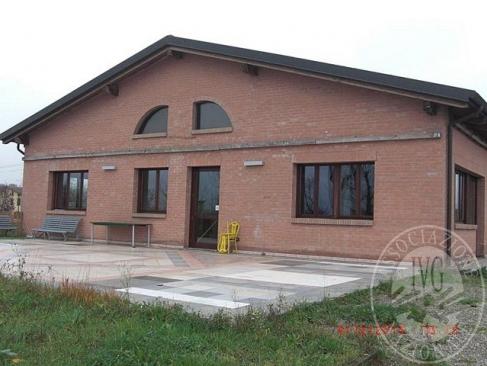 Fabbricato con terreno su cui insistono laghi artificiali e quota di autorimessa per 6 posti auto in Reggio Emilia (RE)