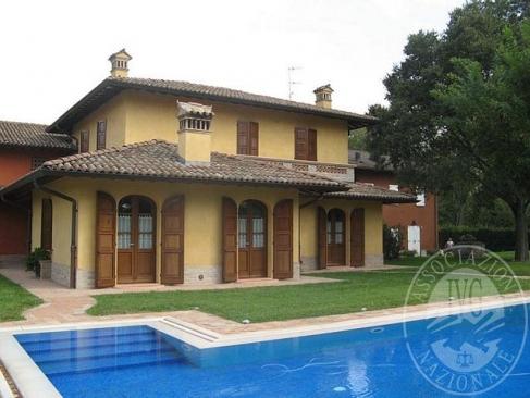 Villa signorile con area cortiliva, piscina e capanno in Reggio Emilia (RE)