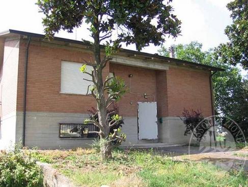 Abitazione con allevamento suini, magazzino, deposito e vari appezzamenti di terreno in Cavriago (RE)
