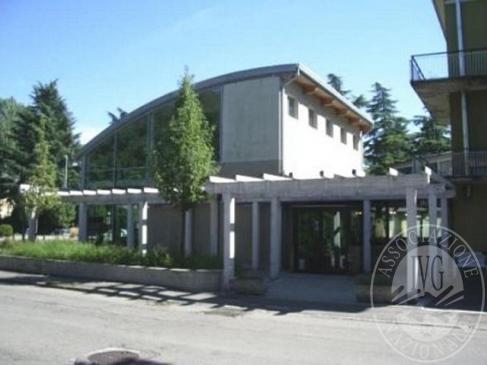 Deposito interrato, locale commerciale al piano terra e primo ed autorimessa con aree cortilive private e parcheggi in Reggio Emilia (RE)