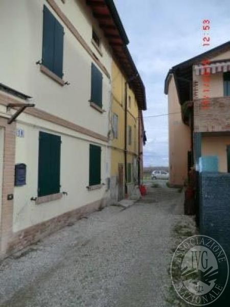 Villetta a schiera su tre piani con garage esterno in area for 2 piani garage baia