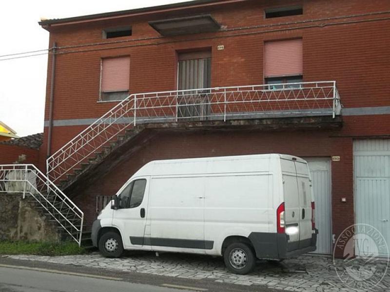 Fabbricato su due piano con abitazione al piano primo e for 1 piano garage con abitazione