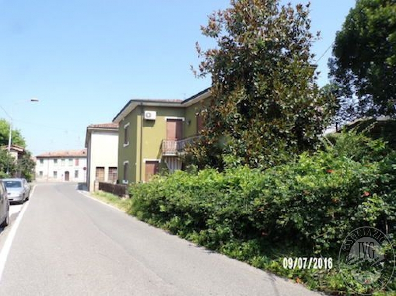 Porzione di edificio abitativo su due piani con sottotetto for Piani di garage di cottage