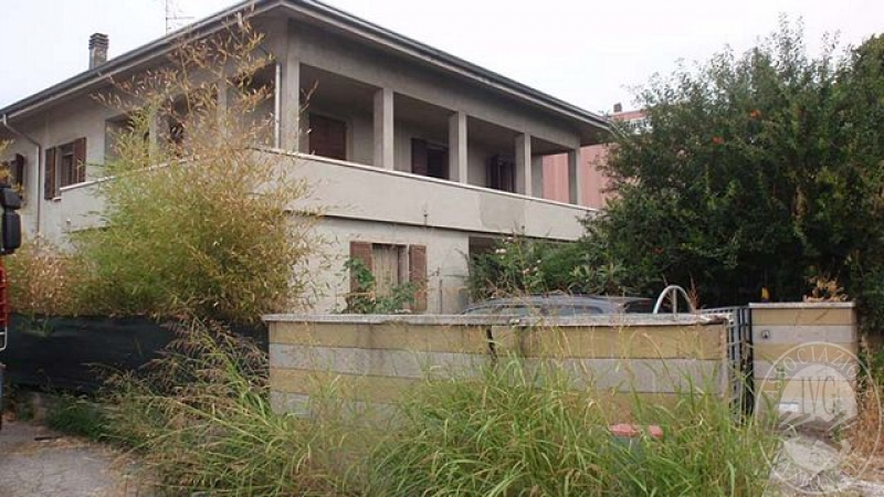 Fabricato di civile abitazione con garage laboratorio ed for 1 piano garage con abitazione