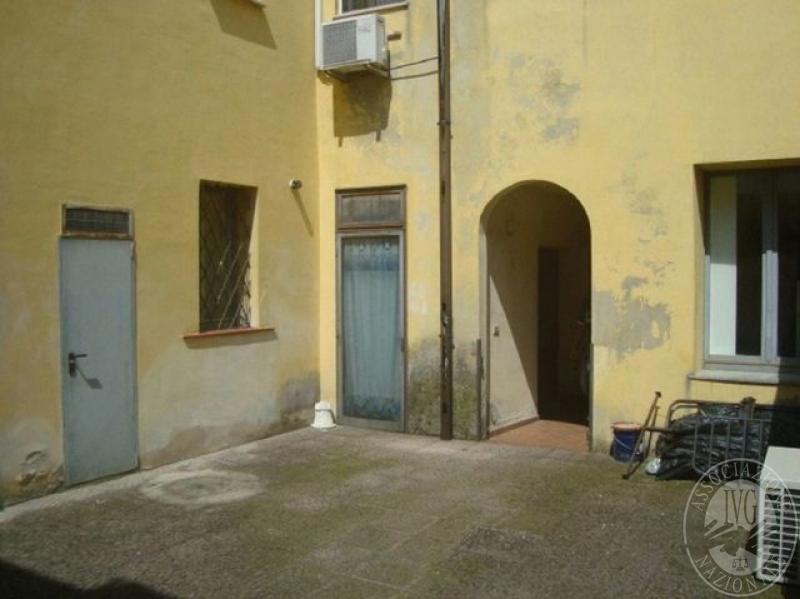 Negozio al piano terra con servizi e magazzino in for Negozio con alloggi al piano di sopra