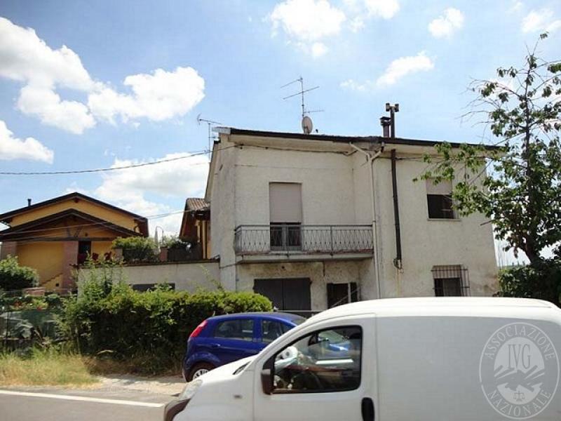 Casa indipendente su 2 piani con autorimessa in bagnolo in for 2 piani di garage per auto 3 piani