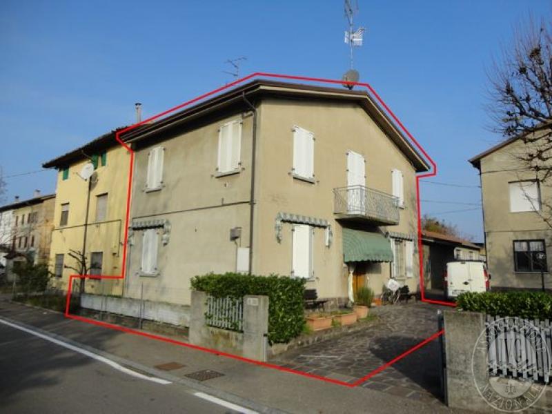 Edificio residenziale costituito da due piani abitativi in for Edificio a 3 piani