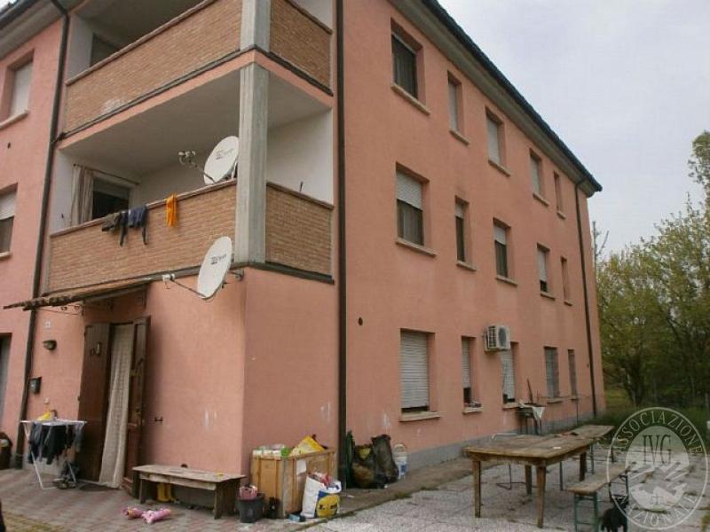 Appartamento al piano terra con area recintata e garage in for Garage con al piano di sopra