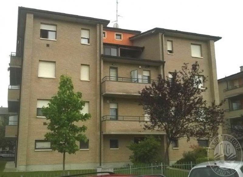 Appartamento al piano primo con cantina garage e posto for Garage con al piano di sopra