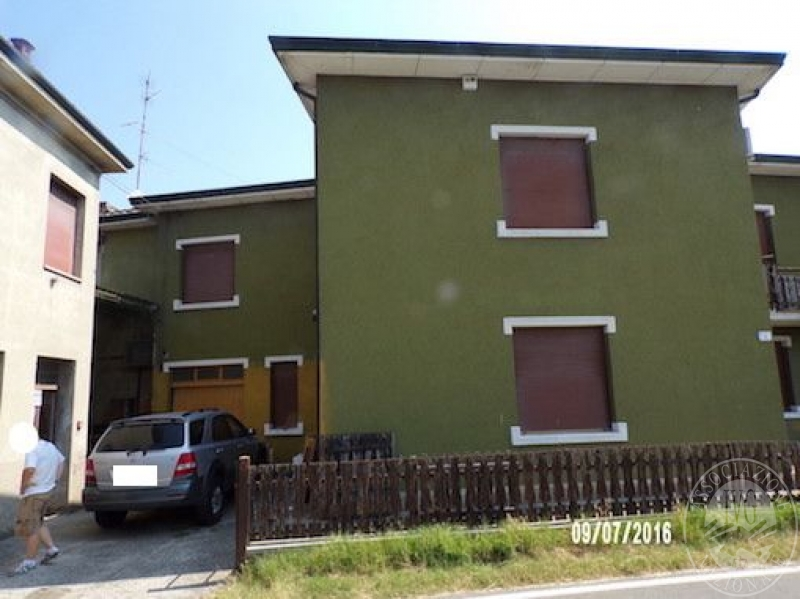 Porzione di edificio abitativo su due piani con sottotetto for Costo del garage a 2 piani
